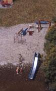 Ein kleiner Spielplatz mit Wasserrutsche ist auch vorhanden.