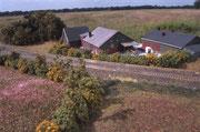 Der Bauernhof liegt dicht an der Bahn.