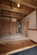 古い家の梁を加工して材料を玄関框に使用。