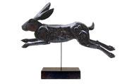 """""""Lièvre"""", sculpture en bois, L: 50 cm, h: 30 cm."""