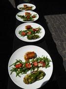 Vorspeise: Grillkäse auf Rucola-Salat und Grillgemüse an Lachs mit Honig-Senf-Lasur