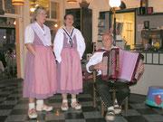Das Duo Sandra Horat/Bea Rohrer mit Paul Amgwerd an der Handorgel