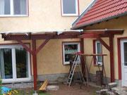 Terrasenüberdachung - Die Aufstellung der Holzkonstruktion und die Verlegung der Platten.