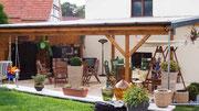 Terrassenüberdachung - die Holzkonstruktion ist nach traditioneller Zimmermannskunst hergestellt worden.