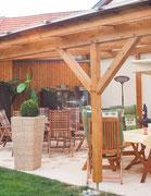 Terrassenüberdachung  - Bei der Holzkonstruktion werden die Verbindungen von Nut und Zapfen mit Holznägeln dauerhaft fixiert. Dies ist  haltbarer als die Befestigung mit Schrauben.