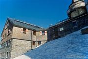 Das Zittelhaus am Gipfel des Hohen Sonnblick ist ein ganzjährig betreutes Wetterobservatorium.