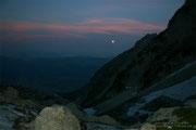 Früh unterwegs: noch ist der Mond zu sehen