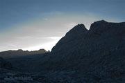 Die Schönfeldspitze ragt als spitzer Zahn in den Himmel. Der Aufstieg scheint ziemlich steil zu werden...