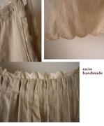 ベージュキャミドレスの細部。肩のくるみボタンで肩紐調節ができます。