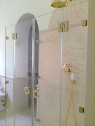 box doccia con doppia anta e fisso laterale accessori finitura oro
