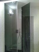 box doccia in vetro fumè con cerniere vetro-muro e fisso laterale
