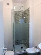 box doccia in vetro trasparente con fascia sabbiata doppia anta per apertura angolare