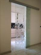 porta scorrevole in vetro trasparente e disegno sabbiato