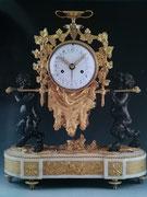 Pendule en bronze doré au mercure, sur le thème de la vigne représentant 2 faunes portant un tonneau entouré de vignes sur une dépouille de fauve