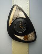 Uhr mit Schmuckscheibe aus Zebuhorn mit Intarsien