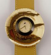 Uhr mit Schmuckscheibe aus Mammutbein mit Intarsien