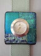 Uhr mit Schmuckscheibe aus Dichroic Fusing Glas