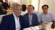 左から西村新会長、安福前会長、森本助監督