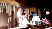 面に見立てたケーキを模造刀でカット!