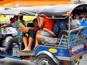 Überladen - TukTuks bringen Nachschub nach Banglamphoo
