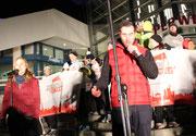 """Sänger des Olympia-Lied """"Wir wollen die Spiele"""" am Alexanderplatz. Foto: Helga Karl"""