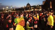 Menschenmenge auf dem Alex nach dem Olympialauf. Foto: Helga Karl