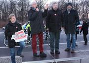 Klaus Böger, Präsident Landessportbund Berlin mit Mikrofon vor dem Olympia Lauf. Foto: Helga Karl