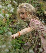 Mädchen im hohen Gras