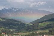 Arcobaleno orizontale, si verifica quando il fronte precipitativo entra in una vallata delineanto il limite delle deboli precipitazioni illuminate dai raggi di Sole quindi impedendo la classica forma ad arco