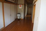 控室の手前を直進した突き当たりにトイレがあります。