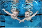 Zwillinge unter Wasser, Twins under water.