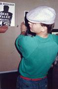 Jens Walko beim Aufhängen der Bilder