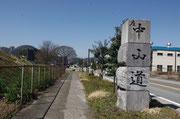 国道21号線(右側)歩道に設置された道標、東面