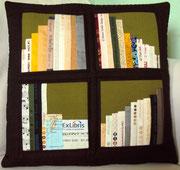 dunkelbraunes Bücherkissen mit Atlas, 40x40