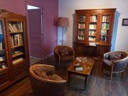 Salon-bibliothèque avec ouvrages de la première guerre mondiale