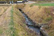 ①環境水路 流れが速いところはジグザクの魚道水路として整備 年中水が絶えない水路
