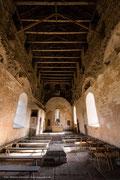 Im Inneren gleicht die Kirche einer Ruine.