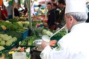 Spargelschälaktion auf dem Gießener Wochenmarkt