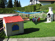Terrasse mit Sandkasten und Spielehaus
