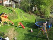 Garten mit Baumhaus, Schauklel, Trampolin und Rutsche