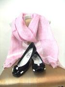 リボンモチーフパテントバレエシューズ×薄ピンクリネンで洗練された可愛らしさに。shoes¥24,150stoll¥18,900