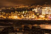 Der Ozean mit den Stadtlichtern und dem Gebirge auf sich wirken lassen