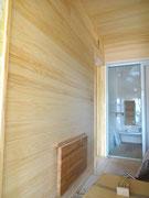 脱衣室、桧の板(無垢)壁、天井