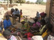 Le groupement féminin avec le Chef du village