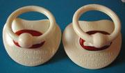 2 Modelle der ersten NUK-Schnuller, mit unterschiedlicher Aufschrift und noch ohne Luftlöcher