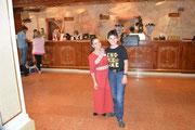 Maria Brazia Bianco vom Hotel Colosseo und ich an der Hotelrezeption.
