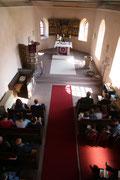 Blick von der Empore in den Chorraum der Lüderbacher Kirche.