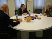 Fred Morefield, Präsident des International Centers (li.), und Direktionsmitglied Helga Haub zu Besuch bei Landrat Gall 2007 (Bild: MTK)