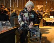 Sylvia Graf studiert das alte Handwerk