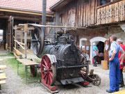 Dampfmaschine bei der Arbeit am Stehrerhof in Neukirchen a. d. V.